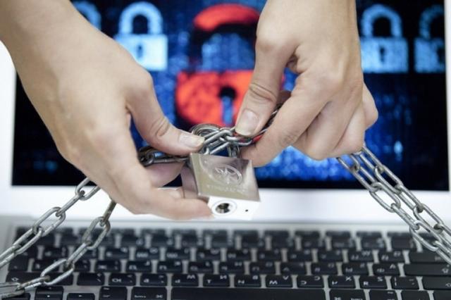 Правозащитник подал иск к Порошенко за блокировку интернет-сайтов и соцсетей