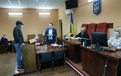 Купянський суд визнав невинуватою жінку — учасницю мітингу проти закриття шкіл в Купянську, яку поліція звинуватила у злісній непокорі співробітникам поліції